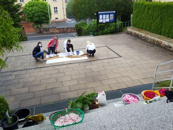 Foto - Wienzek-Kinder legen Blumenteppich KJF